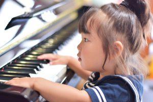 ピアノを弾く子
